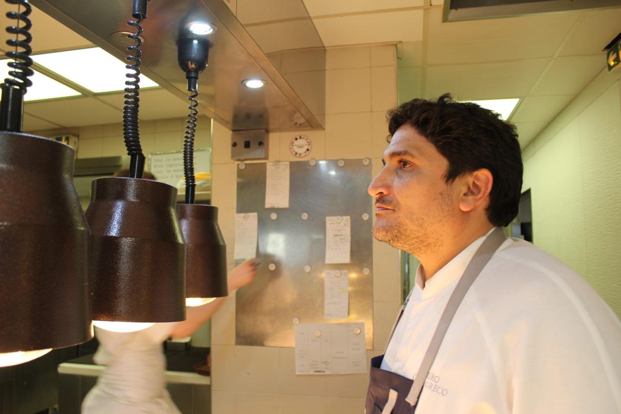 キッチンで撮影したコラグレコ氏