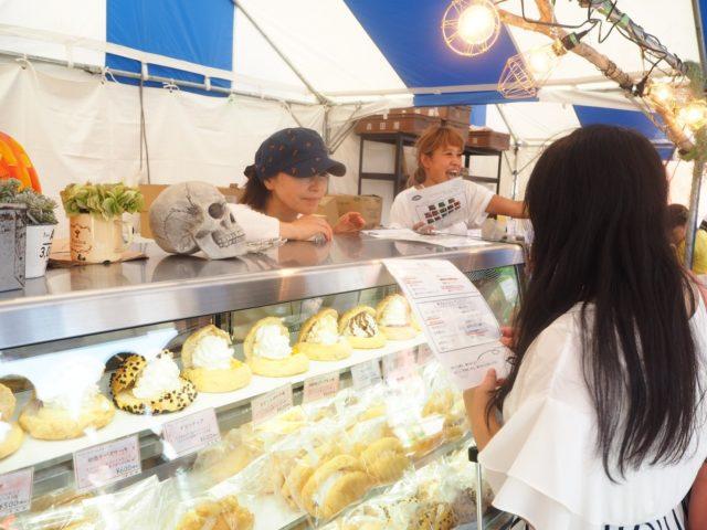 シュークリームメロンパンのディスプレイの写真