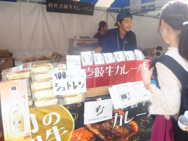 日本初壱岐牛カレーパンの販売の様子