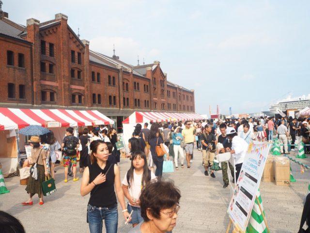 レンガ倉庫と赤と白のテントが並んでいる会場内の様子