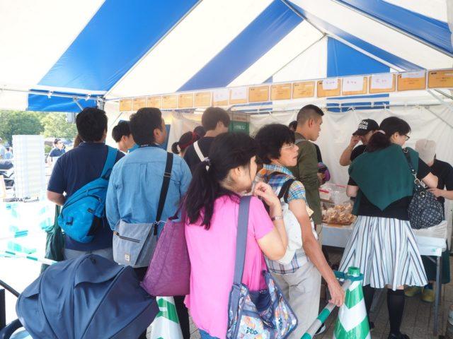 テントの下に集まるたくさんのお客さんの様子