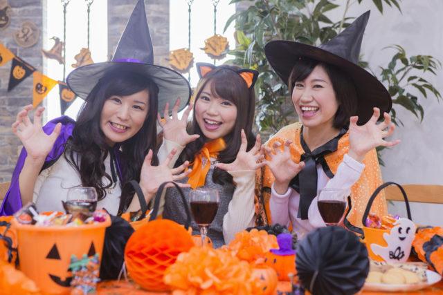ハロウィンパーティーをする女性たちの画像