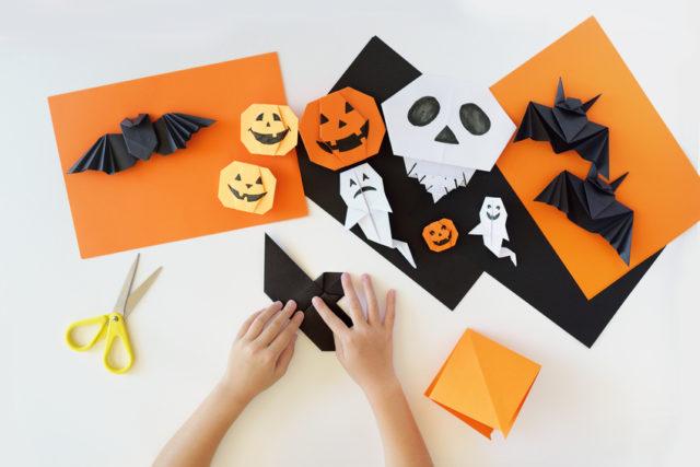 折り紙でハロウィンの飾りを作っている画像