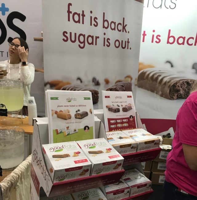 fat is back, sugar is outとかかれた垂れ幕と商品の画像