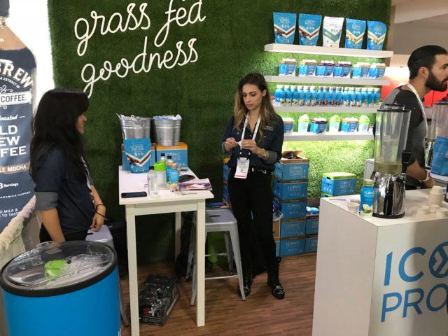 グラスフェッドビーフ製品のコーナーに女性が立っている写真