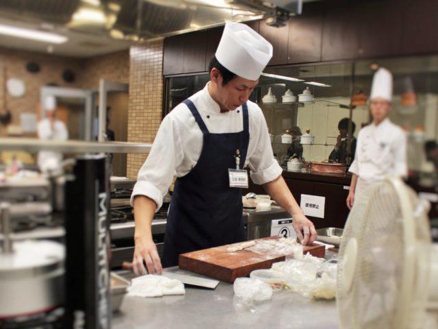立岩幸四郎さん(「Wakiya一笑美茶樓」)の調理中の写真