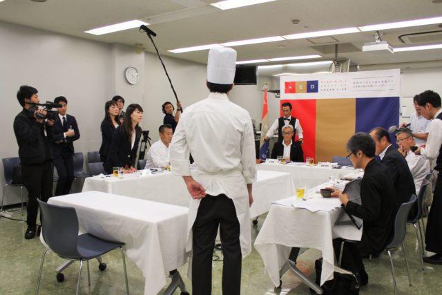 料理人から審査員へプレゼンテーションする様子の写真