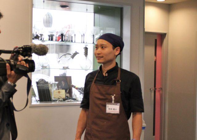 朴木祐人さんがインタビューを受けている様子の写真