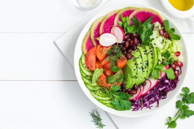 白いボウルに盛られたサラダの画像