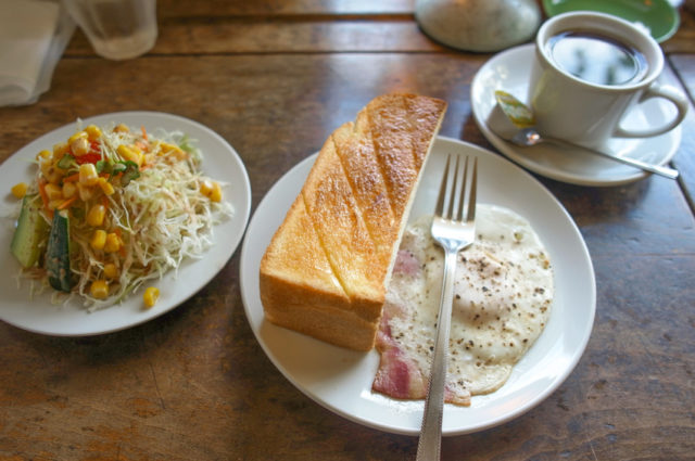 サラダ、ベーコンエッグ、トースト、コーヒーの喫茶店のモーニングの画像