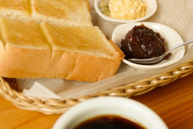 トーストとコーヒーの画像