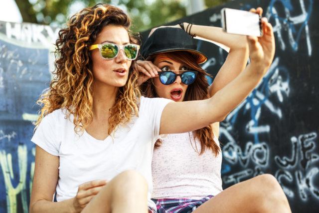 女性2人が自撮りしている画像
