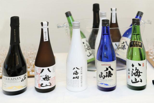 コーシャ認証の日本酒の酒瓶が並んでいる写真