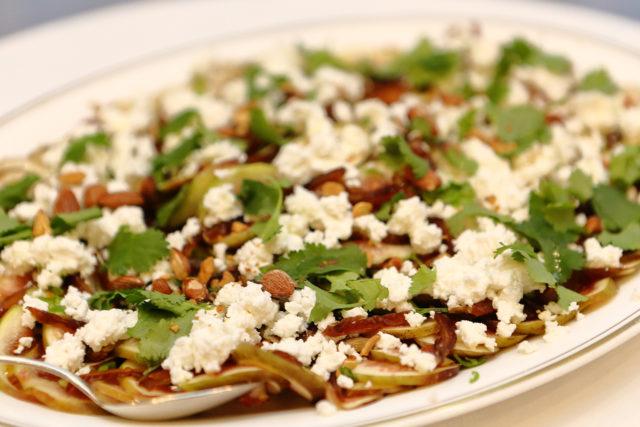 イチジクのサラダとハメイリチーズの写真