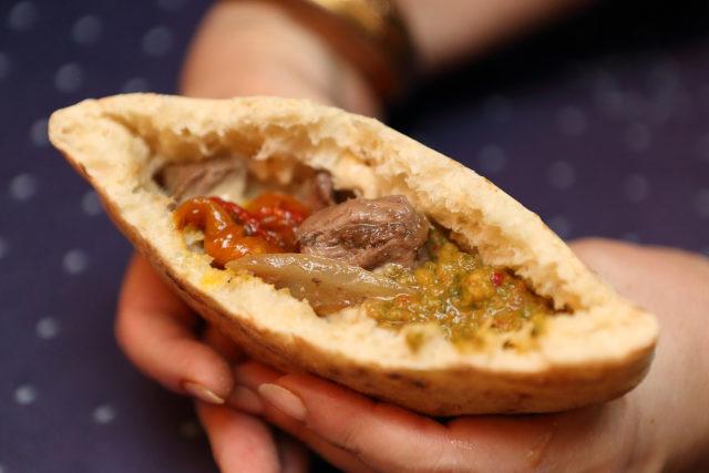 ハツとレバーのスパイス炒めをピタパンに挟んだ写真