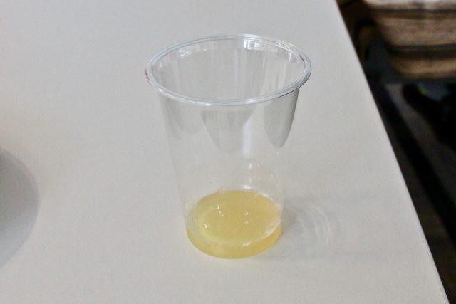 コーヒープレスで5回プレスしたビールは、ホップの力で黄色味が強い色に変化