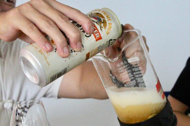ホップを入れたコーヒープレス内にビールを注ぐところ
