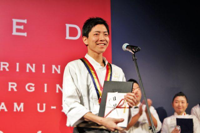 「Maison de Taka Ashiya」糸井さんが笑顔でマイクに向かっている写真