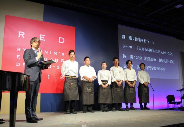 RED U-35の最終審査の課題を発表する小山薫堂氏