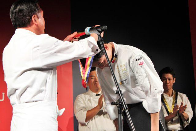 メダルを授与される糸井さんの写真
