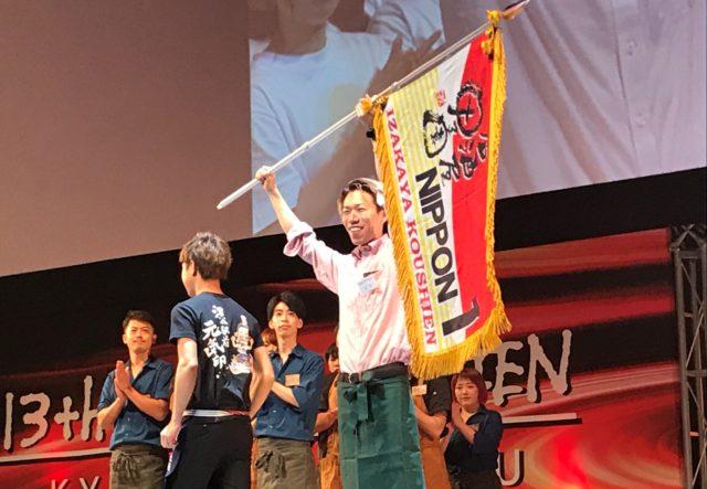 優勝旗を手に喜ぶ「ベジテジや Soi新潟万代店」の写真