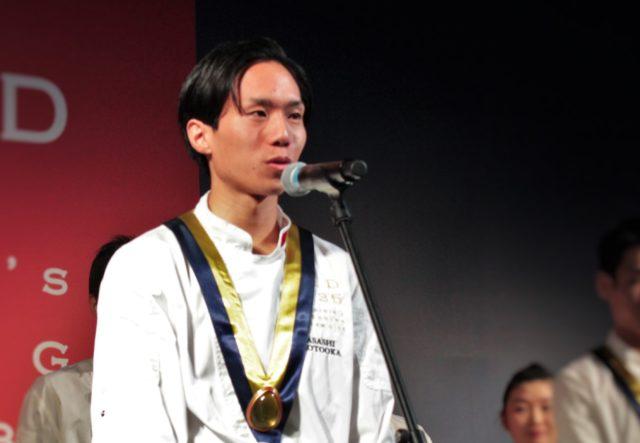 「レストランBio-s」本岡さんがマイクに向かっている写真