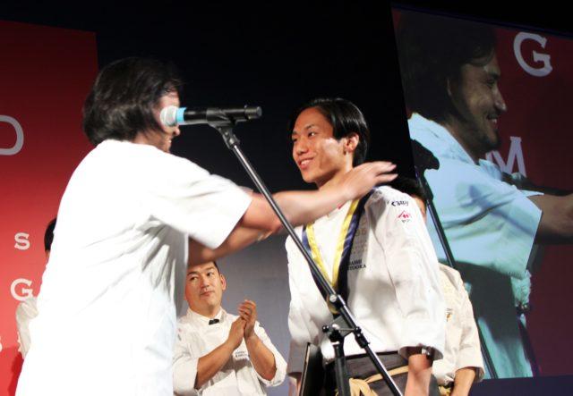 メダルを授与される本岡さんの写真