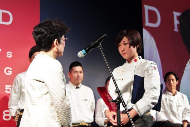 「コンラッド東京」山本さんが授与される写真