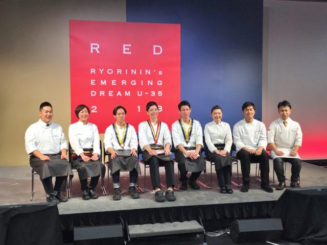 受賞者8人が壇上で座っている写真