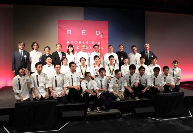 RED U-35のファイナリストと審査員一堂との記念撮影シーン