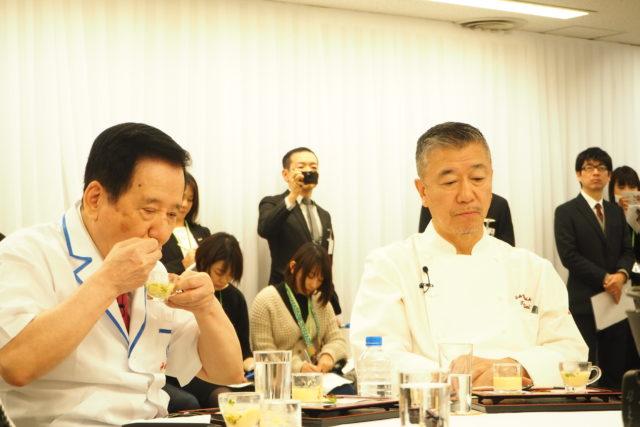 三重県 ホテル 季の座の料理を試食する審査員の写真