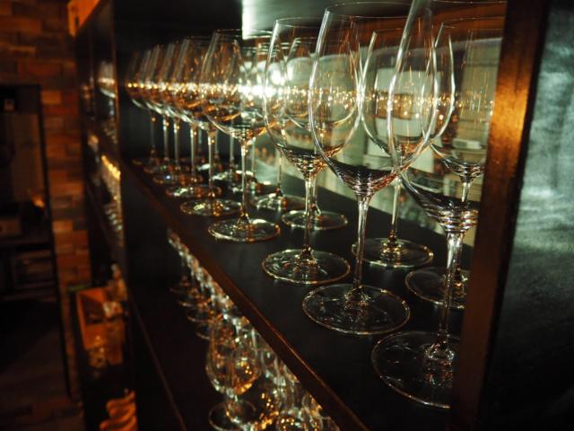 「Deposito Bagagli(デポーズィト バガーリ)」の窓面に並ぶワイングラス(ライター撮影)