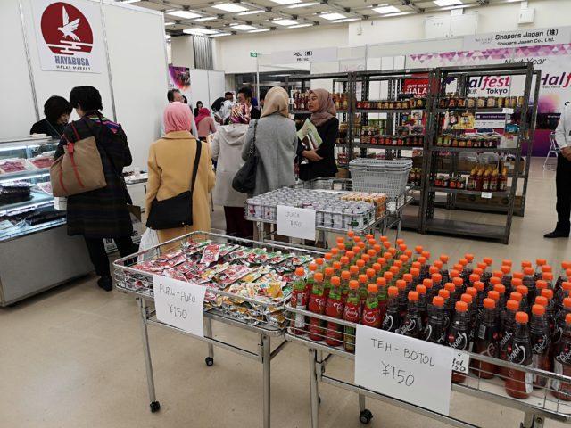 在日ムスリムの方々がお買い物を楽しむ様子の写真