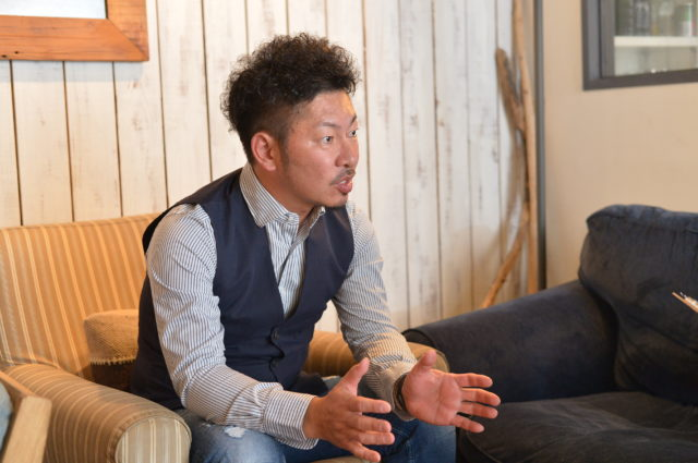 店内のソファーに腰掛けて語る南垣氏の写真