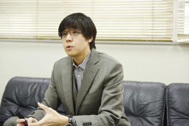 ソファーに腰掛ける古田氏の写真
