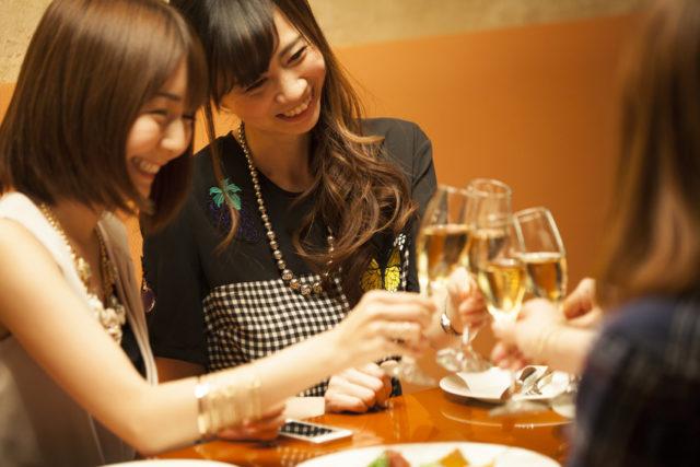 女性がシャンパングラスで乾杯している画像