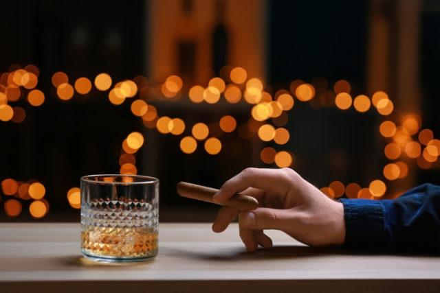 ウイスキーと葉巻の画像