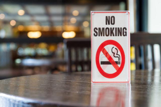 禁煙席を表したロゴが置かれたテーブルの画像