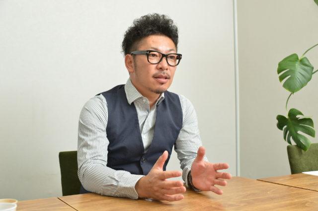 眼鏡姿の南垣 佳秀氏の写真