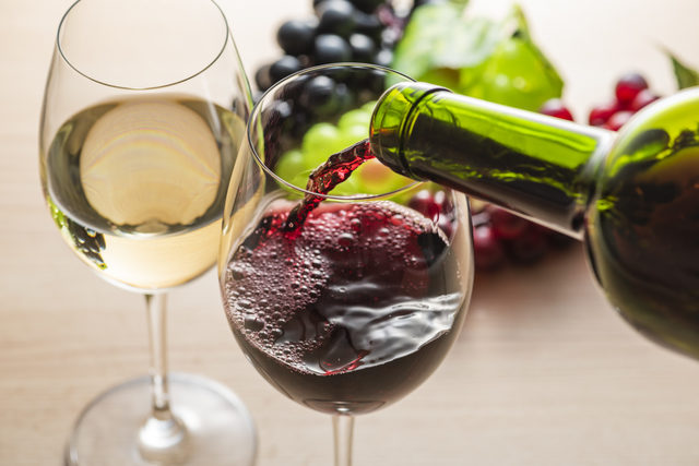 ワインがグラスに注がれている画像