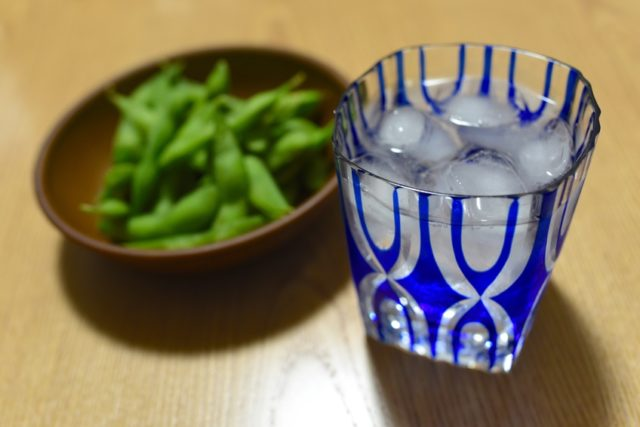 切子のグラスと枝豆の画像