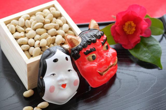 おたふくと鬼のお面と節分の豆の画像