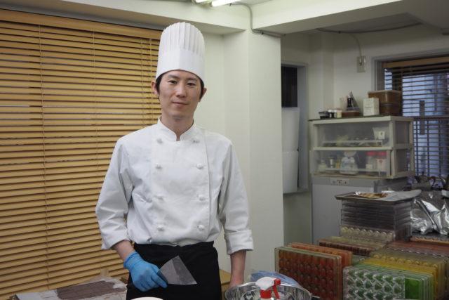 須藤銀雅さんの厨房に立っている写真