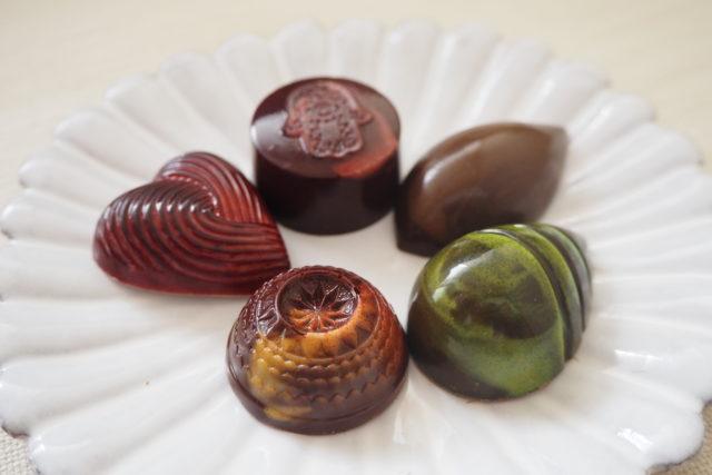 木苺トンカ、ナツメグシナモン、メープル、苺ハーブ、柚子紅茶の5種類のチョコレートの画像
