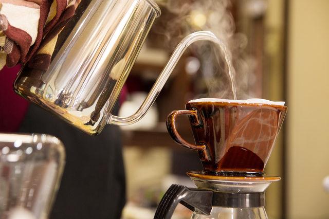 コーヒーを入れている様子