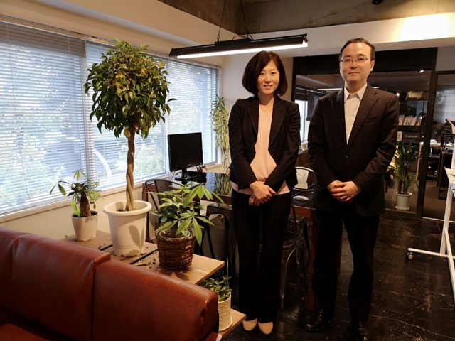 堀さん、福田さんが並んで立っている写真
