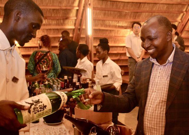YAMASEN内で現地の人が日本酒を注いでもらっているところ