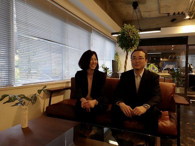 堀さんと福田さんがソファーに座っている写真