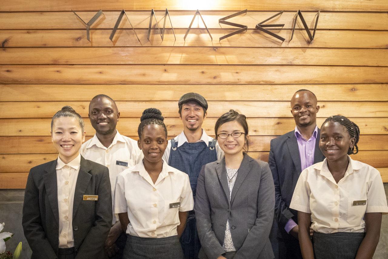 ウガンダにあるレストラン「YAMASEN」のスタッフ集合写真