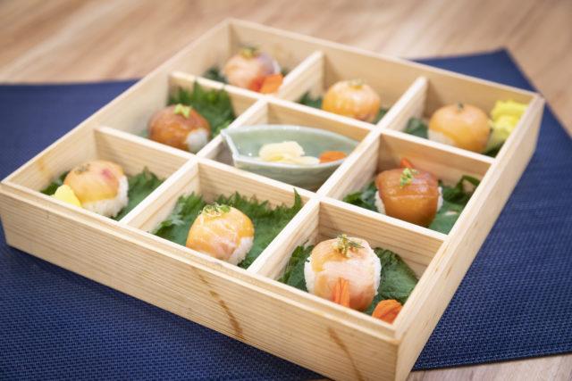 木の箱に等間隔に美しく並ぶ手まり寿司